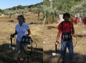 Left: Prof. Tatiana Smekalova from UAarhus handling the magnetic survey equipment. Right: A participant during its experimentation.
